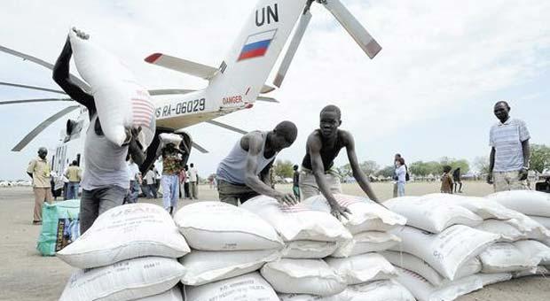 Distribuição de alimentos promovida pela Organização das Nações Unidas em Darfur, no Sudão: maior débito brasileiro prejudica país africano (Isaac Billy/UNMiss/Reuters - 12/1/12)