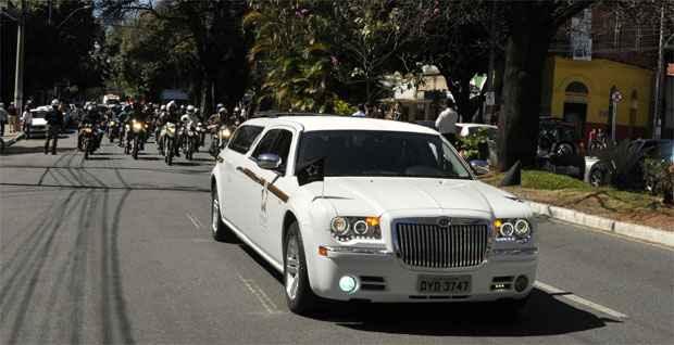 Carro fúnebre foi acompanhado por motocicletas e viaturas da PM pela Avenida Brasil (Ramon Lisboa/EM/DA Press)
