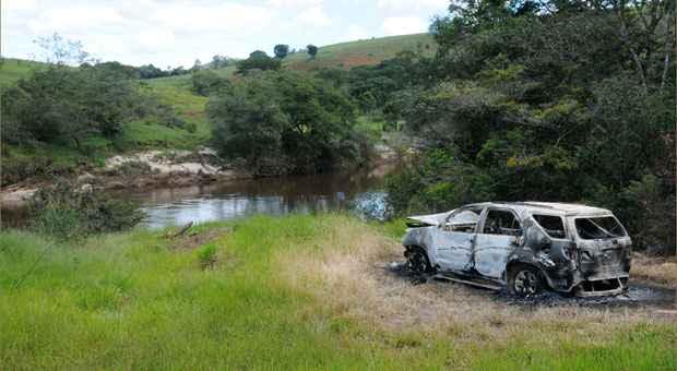 O carro dos advogados foi encontrado queimado ((Beto Novaes/em/d.a press) )