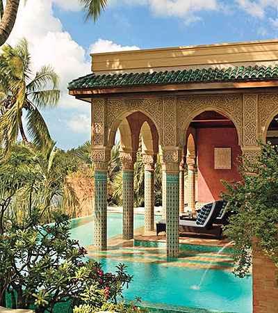 Casa no Marrocos destaca a piscina em consonância com o estilo arquitetônico do país (Ken Hayden/Architectural Digest/Divulgação)