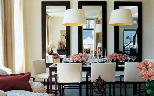 Os espelhos têm três funções básicas: aumentar a sensação de espaço, valorizar e iluminar o ambiente (Reprodução/Internet)