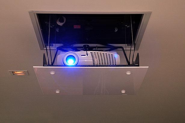 Recorrer a projetores embutidos, acionados por controle remoto, garante a boa estética da decoração (Eduardo de Almeida/RA Studio)
