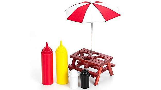 O Kit para temperos vem com uma mesinha e um guarda sol, no estilo picnic. Ele tem espaço para o ketchup, mostarda, sal e pimenta e custa R$ 74,90  (Divulgação)