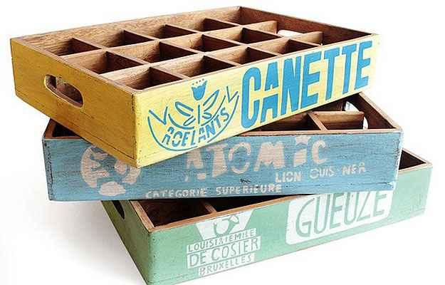 O Engradado produzido em madeira com inspiração retrô pode ser utilizado como bandeja ou como revisteiro, custando R$ 299  (Divulgação)