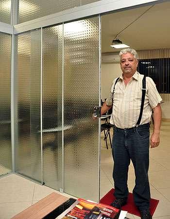 Divisórias de vidros são muito usadas em casas e escritórios, segundo Héber Jerônimo Vervloet Dutra, da Klaas Vidros e Serviços (Eduardo Almeida/RA Studio)