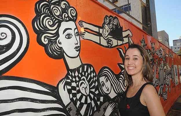 Coordenadora de marketing da Somattos Engenharia, Patrícia Freitas explica que o painel do artista Rogério Fernandes foi posicionado de maneira que não precise ser removido durante as obras (Paulo Filgueiras/EM/D.A Press)