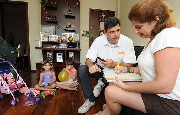 Anderson Kury vive com a família no apartamento que comprou aproveitando o menor preço (Marcos Vieira/EM/D.A Press)