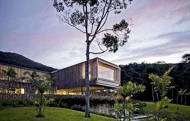 Com o panorama da serra de Petrópolis, esta residência em Itaipava, no Rio de Janeiro, concorre a melhor casa de tamanho grade do planeta (Architizer A  Awards/Divulgação)