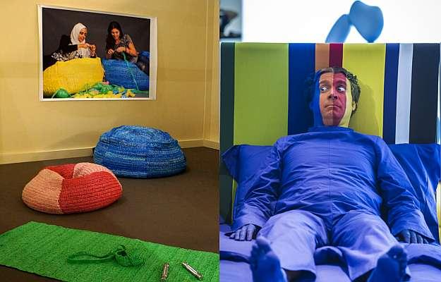 Estande do Salão Satélite: tradição japonesa em objetos de papel e crochê feitos de plástico por designers sauditas (E); e uma divertida brincadeira para entreter os visitantes (D) (Paola Campos/Divulgação - Cosmit.it/Divulgação)