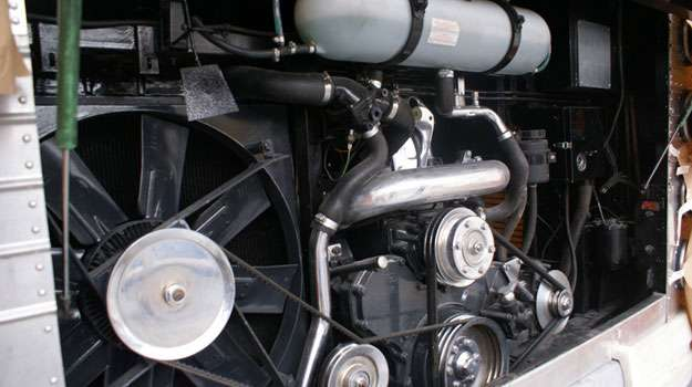Motor Scania tem seis cilindros em série e 360 cv de potência (Viação Cometa/Divulgação)