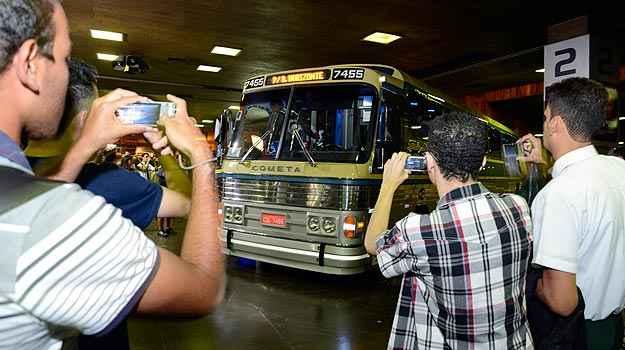 Fãs de ônibus tomaram conta da Rodoviária para ver a chegada do Flecha Azul (Thiago Ventura/EM/D.A Press)