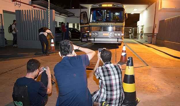Admiradores seguiram o carro até a garagem da empresa, em Contagem (Thiago Ventura/EM/D.A Press)