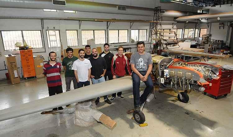 O professor Paulo Iscold e a equipe vitoriosa do Cea, à frente do mais novo projeto, o K-55: outros horizontes - Gladyston Rodrigues/EM/D.APress