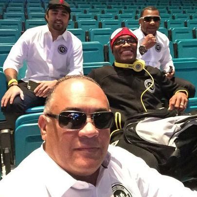 Confira a galeria de fotos da pesagem do UFC 183 - Anderson Silva com seus treinadores aguardando o momento da pesagem