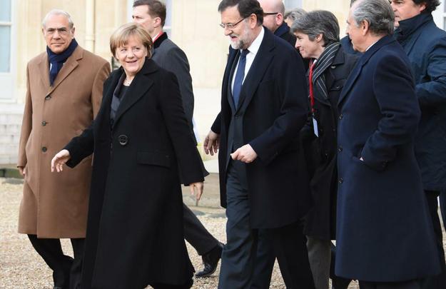 Chanceler alemã Angela Merkel e primeiro ministro espanhol Mariano Rajoy se deslocam para a manifestação. Autoridades de diversos países acompanham marcha após atentado ao Charlie Hebdo