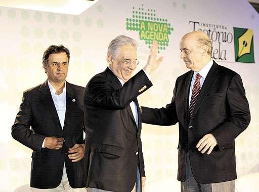 Aécio Neves (E) tem o aval do ex-presidente Fernando Henrique para atrair a ala do ex-ministro José Serra (D) (Carlos Ivan/Agência O Globo - 7/11/11)