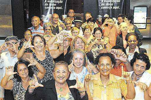 Uma sessão de cinema só para eles: 45 moradores do Cruzeiro foram a um shopping da cidade na manhã de ontem para ver um filme com o ex-007 Pierce Brosnan (Edílson Rodrigues/CB/D.A Press)