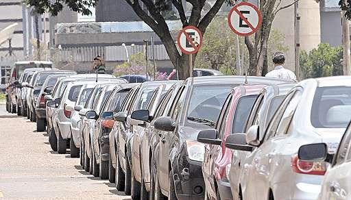 Estacionar em área proibida é considerada uma infração leve, que poderá ser convertida em notificação (Gustavo Moreno/CB/D.A Press - 26/1/12)