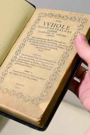 O livro é considerado o mais valioso do mundo, com estimativa de 15 a 30 milhões de dólares (Emmanuel Dunand/AFP)