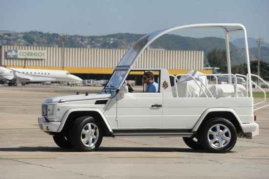 Avião da FAB pousou na Base Aérea do Galeão trazendo os veículos que serão usados pelo Papa Francisco durante visita ao Brasil (Tania Rego/ABr)
