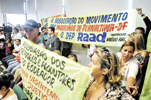Com faixas e cartazes, apoiadores de Raad acompanharam a sessão e se mostraram revoltados com a decisão (Ed Alves/CB/D.A Press)