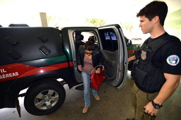 Marfisa, mulher de Carlos Alberto Jales, chega para depor: ligação telefônica em casa com oferecimento de ajuda por parte de Mesquita (Gustavo Moreno/CB/D.A Press)