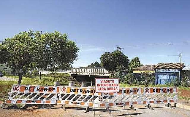 O viaduto da QNM 5/7 foi fechado após a segunda morte por afogamento no local em pouco mais de três meses: pedestres continuam atravessando a pista, mesmo com o aviso da interdição (Ed Alves/CB/D.A Press)
