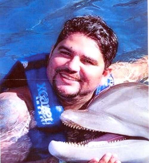 Roanei Pereira do Prado posa ao lado de um golfinho em Cancún (E): quadrilha da qual ele fazia parte foi detida na última semana em Brasília (acima) (Divulgação/PCDF)
