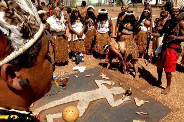 Índios fazem manifestação diante do Monumento Galdino: comoção e incredulidade desde o crime cometido em uma parada de ônibus (Carlos Vieira/CB/D.A Press - 24/9/08)