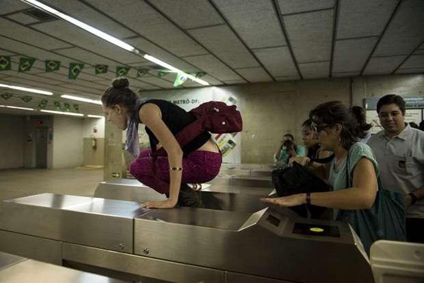 Algumas pessoas pulam as catracas de acesso ao Metrô (Marcelo Camargo/Agência Brasil)