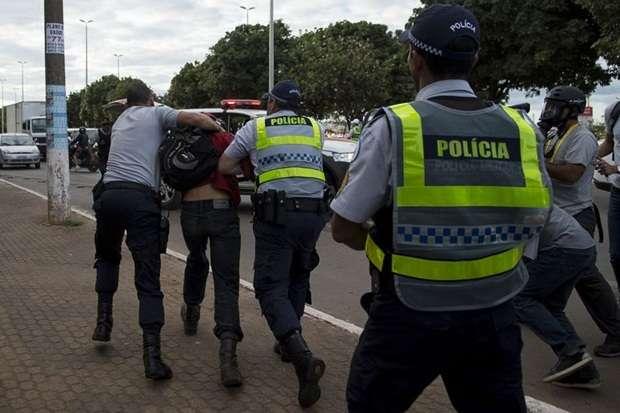Homem é detido pela polícia durante protesto  (Marcelo Camargo/Agência Brasil)