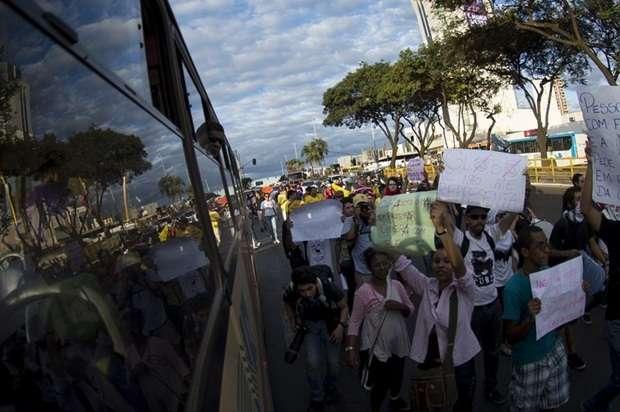 Passeata tenta impedir o trânsito em Taguatinga (Marcelo Camargo/Agência Brasil)