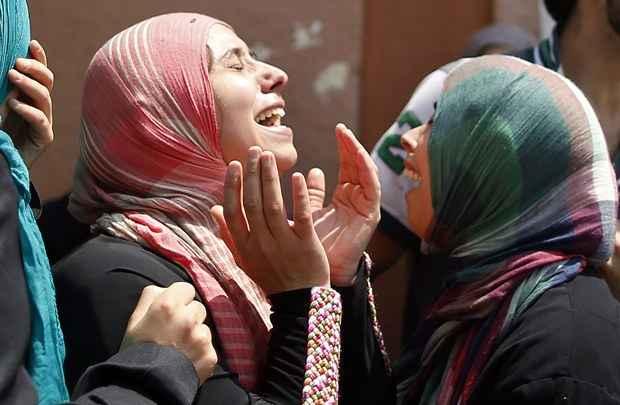 Parentes choram durante funeral de menino que morreu em bombardeio  (Mohammed Salem/Reuters)