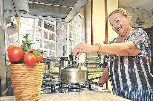 Salete Brum mantém duas empregadas domésticas. Ela usufrui dos serviços há 40 anos e sempre assinou a carteira das profissionais (Minervino Junior/CB/D.A Press)