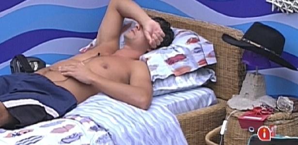 Fael fica pensativo na cama após Fabiana contar que escondeu seu chapéu (24/3/12)