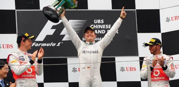 Rosberg levanta troféu do GP da China ao lado do 2º colocado Button e do 3º, Hamilton