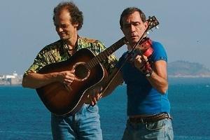 Nelson Jacobina (à esq.) toca com seu parceiro Jorge Mautner