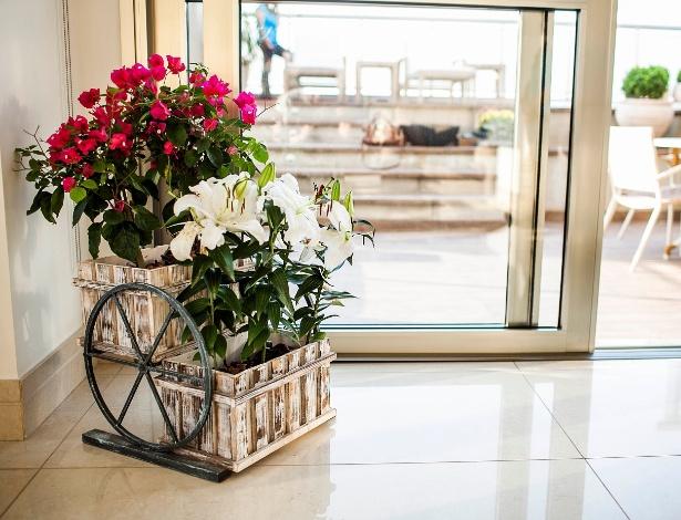 A paisagista Greice Peralta optou por uma floreira de metal composta por lírios brancos e primaveras