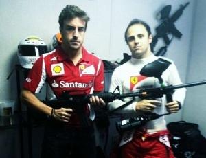 Fernando Alonso gerou polêmia ao aparecer em foto ao lado de Massa segurando arma de paintball