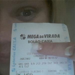 A ex-BBB Paulinha Leite mostra o bilhete da Mega Sena da Virada em que acertou cinco números