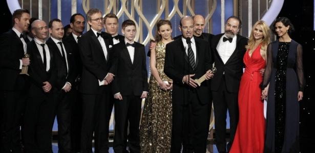 """13.jan.2013 - O elenco e a equipe de produção de """"Homeland"""" recebem o prêmio de melhor série de TV dramática durante a 70ª cerimônia de entrega do Globo de Ouro, em Los Angeles"""