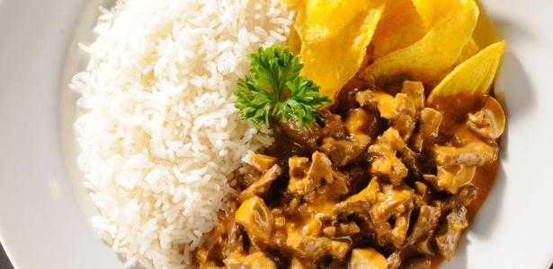 Estrogonofe, sushi... Veja pratos estrangeiros que ganharam uma versão brasileira