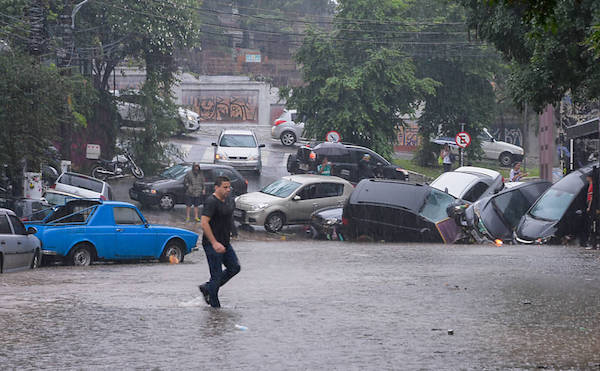 Enchente arrastar carros na Vila Madalena. A cena já se tornou comum na rua Harmonia (Foto: Monica Maia/DOCFoto)