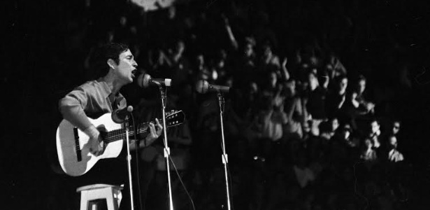 """Geraldo Vandré é ovacionado ao cantar """"Caminhando"""" no Festival Internacional da Canção em 1968; a canção ficou em 2° lugar e transformou a vida do compositor"""