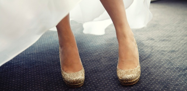 Cor dourada ou prateada nos pés combina com qualquer tom de vestido, até branco