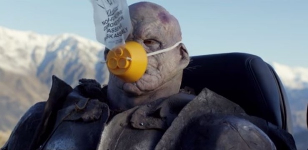 No vídeo da Air New Zealand, orc mostra como usar a máscara de oxigênio