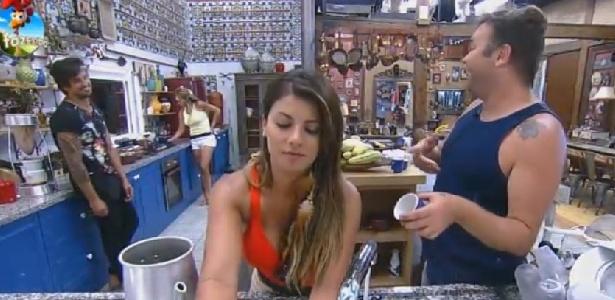 """Babi Rossi se recusa a servir café para Felipeh Campos em """"A Fazenda 7"""""""