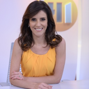 """Monalisa Perrone no cenário do """"Hora Um"""""""
