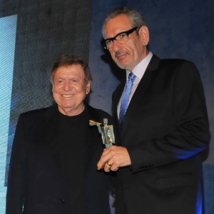 Eduardo Zebini, VP Sênior do Fox Sports no Brasil, recebeu o prêmio das mãos de Boni