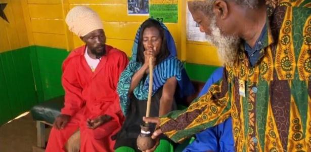 1.jul.2016 - Glória Maria visita tribo rastafári na Jamaica e fuma maconha
